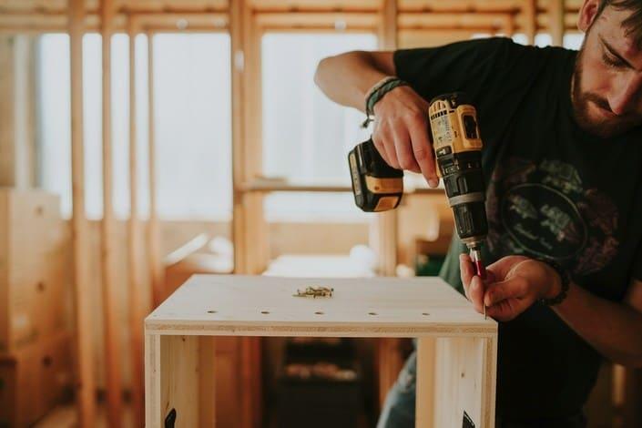 wurmkiste einfach kompostieren mit einem stylischen hocker. Black Bedroom Furniture Sets. Home Design Ideas