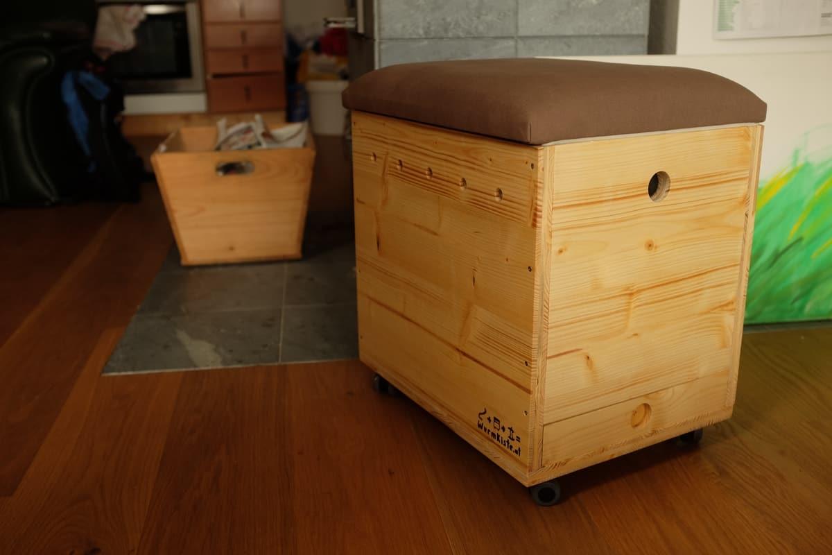 wurmhocker unsere fertige wurmkiste als stylisches sitzm bel. Black Bedroom Furniture Sets. Home Design Ideas