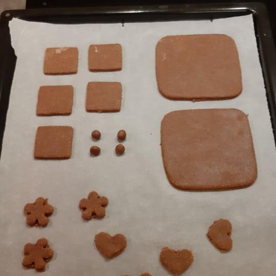 3. Quadrate ausstechen und backen (der Rest auf dem Bild wird für dieses Rezept nicht benötigt)
