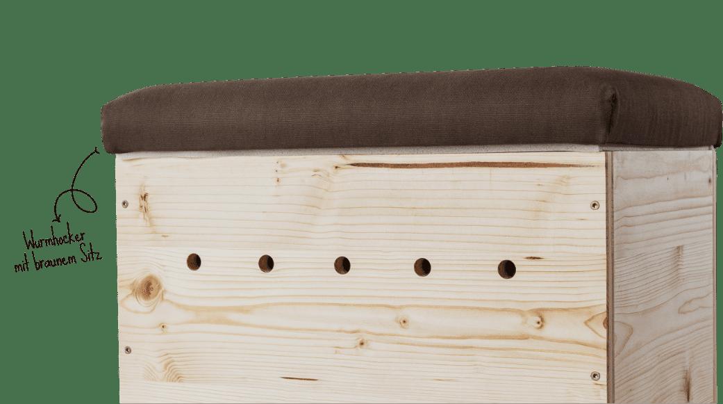 Freigestellter Ausschnitt einer Wurmkiste aus Fichtenholz mit braunem Sitzpolster als Deckel. Daneben die Produktbeschreibung